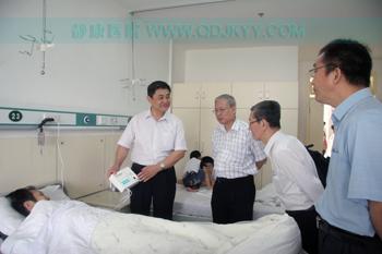 """王铁民院长给专家介绍""""循经护肾治疗仪"""""""